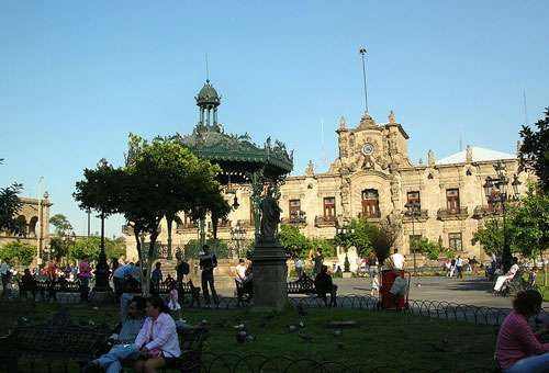 Palais du gouvernement et place des Armes à Guadalajara, une ville située à 500 km de Mexico. © Patrick, Wikimedia Commons, cc by sa 2.5