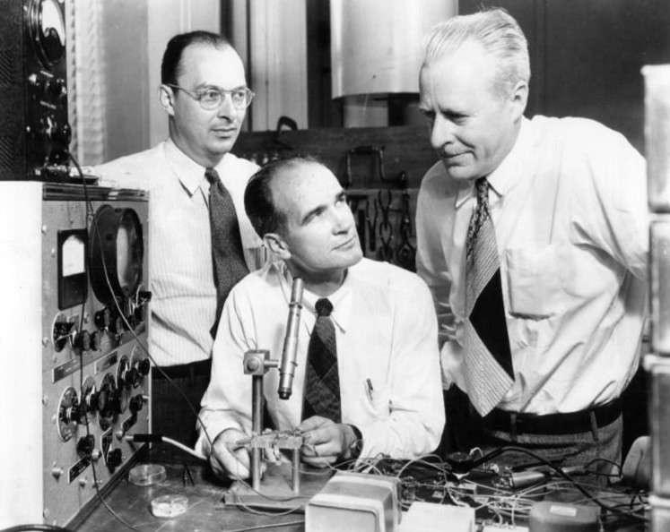 De gauche à droite, sur cette image prise en 1948, on voit John Bardeen, William Shockley et Walter Houser Brattain. Les trois chercheurs ont reçu le prix Nobel de physique pour leur invention du transistor à semi-conducteurs. © DP