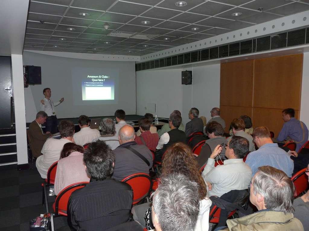 Conférence de l'astronome Jérémie Vaubaillon (IMCCE) sur les étoiles filantes. © J-B Feldmann