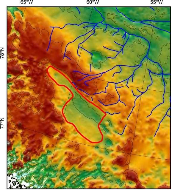 Des chercheurs de l'université de Columbia ont découvert, caché sous la glace du Groenland, le lit d'un ancien lac, cerclé de rouge sur cette image. En rouge, les zones d'altitudes plus élevées et en vert, les plus basses. En bleu, les cours d'eau qui alimentaient le lac autrefois. © Paxman et al., EPSL 2020, Université de Columbia