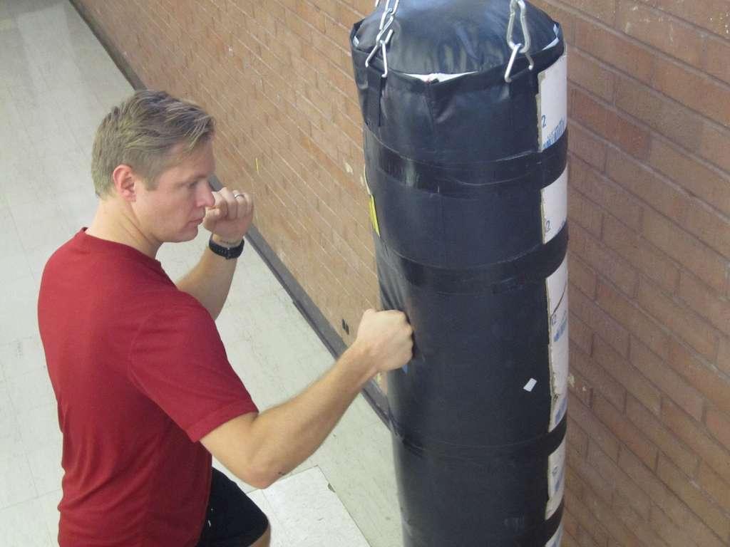 L'expérience consistait pour des habitués des sports de combat à taper dans un sac de frappe. Les forces exercées par les coups étaient enregistrées puis comparées, afin de déterminer qui du poing fermé ou de la main ouverte cause le plus de dégâts... © Lee J. Siegel, université d'Utah