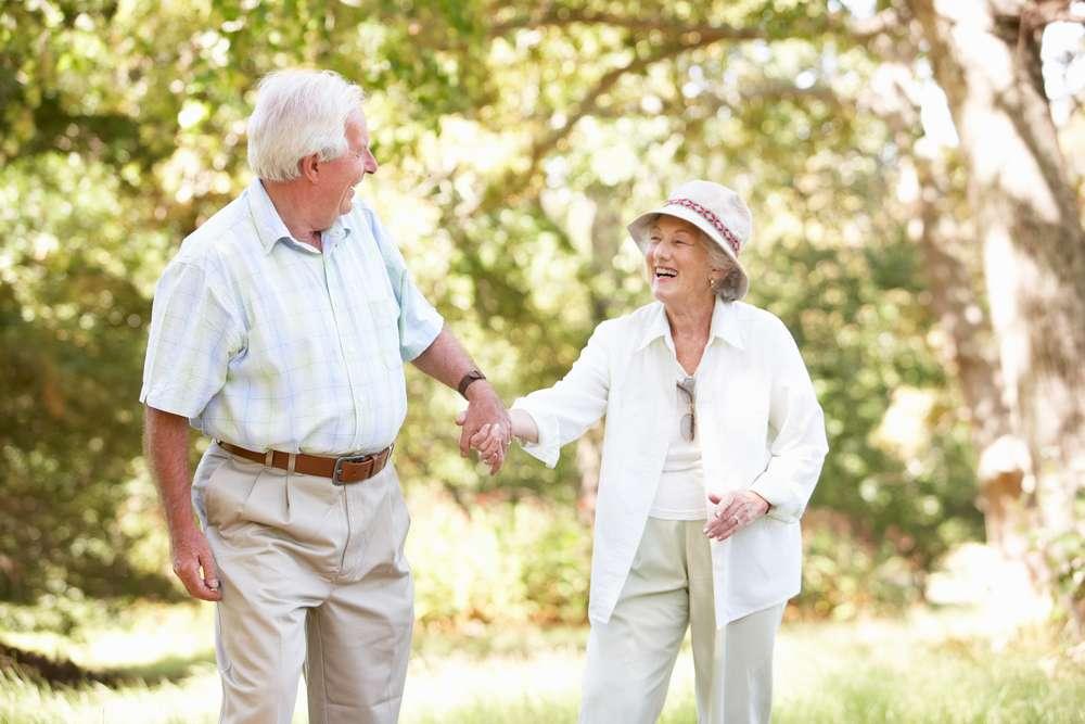 La marche aurait des effets positifs sur la santé des personnes âgées de plus de 75 ans. D'autres activités comme le jardinage ou la natation sont également bénéfiques. ©Monkey Business Images, shutterstock.com