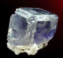 Fluorite transparente et bleue (Le Beix, Le Burg). © Spathfluorminerals.com