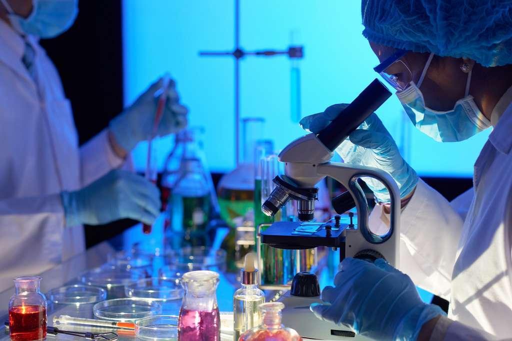 Le chercheur en biologie est un spécialiste du vivant. Il cherche à développer les connaissances scientifiques et à en trouver des applications possibles sur les êtres vivants, que ce soit dans les domaines de la santé, de l'agronomie ou encore de l'environnement. © DragonImages, Fotolia.