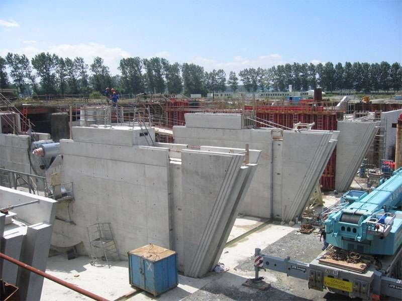 Vue sur les piles pendant les travaux du barrage du Couesnon