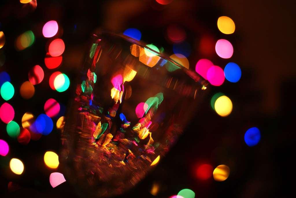 Les ambiances festives sont favorables à une consommation excessive d'alcool qui dérégle l'organisme. La migraine associée à la gueule de bois provient de la déshydratation provoquée par cet excédent d'alcool. Le Blowfish ne doit pas être considéré comme le remède antigueule de bois. © The Suss-Man, Flickr, cc by nc nd 2.0