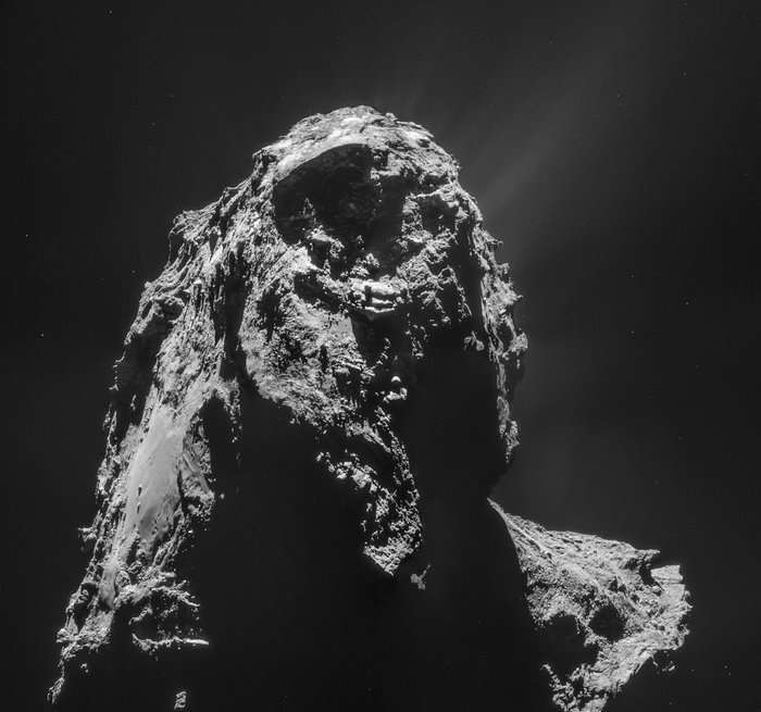 Point de vue inhabituel de 67P/Churyumov-Gerasimenko. Mosaïque de 4 images prises par Navcam de Rosetta, le 16 janvier 2015 à 28,4 km de la surface du noyau de la comète. Des jets de gaz et de poussières sont visibles sur le limbe, en haut de l'image. À gauche, dans la région désormais nommée Imhotep, on reconnait les rochers de Cheops. © Esa, Rosetta, Navcam, CC BY-SA IGO 3.0