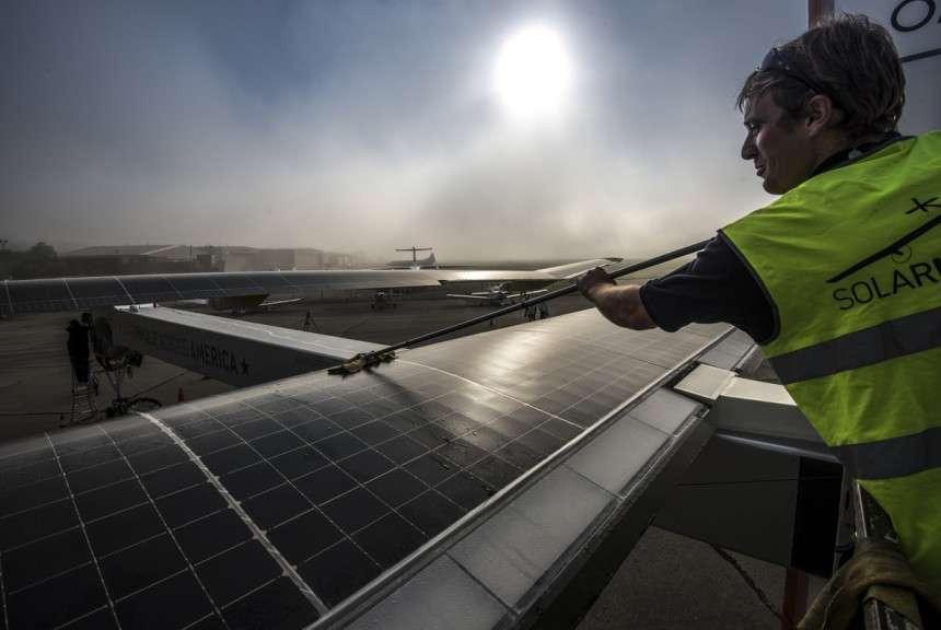 Nettoyage méticuleux des panneaux solaires (qui comptent 11.628 cellules photovoltaïques) au petit matin à Cincinnati, le 15 juin 2013, avant le décollage pour Washington D.C. Parti de Saint-Louis, André Borschberg avait affronté un fort vent de face, et le vol devenant trop long, il avait dû faire escale à cet aéroport pour changer de pilote. Bertrand Piccard a assuré la seconde partie de cette étape et posé le HB-SIA à l'aéroport international Dulles le 16 juin. © Solar Impulse, Revillard, Rezo.ch