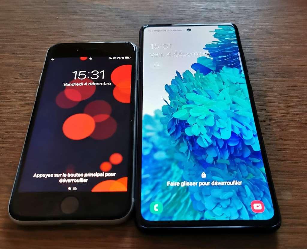 À gauche, l'iPhone SE. À droite, le Galaxy S20 FE. Les deux ne jouent pas dans la même catégorie. © Futura