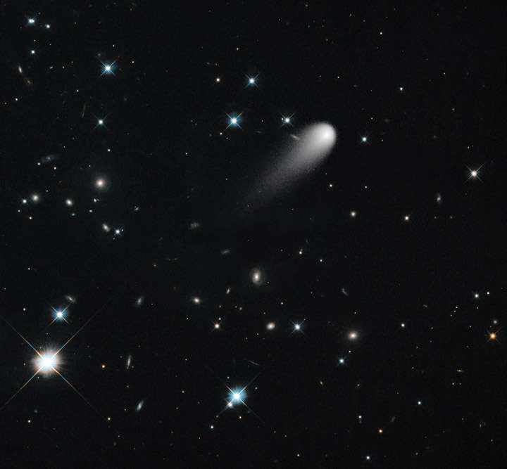 Cette image a été reconstituée à partir de photographies prises dans le visible par Hubble le 30 avril 2013. Elle montre la comète Ison fonçant en direction du Soleil. Elle devrait s'en approcher à environ 1,16 million de kilomètres le 28 novembre 2013. © Nasa