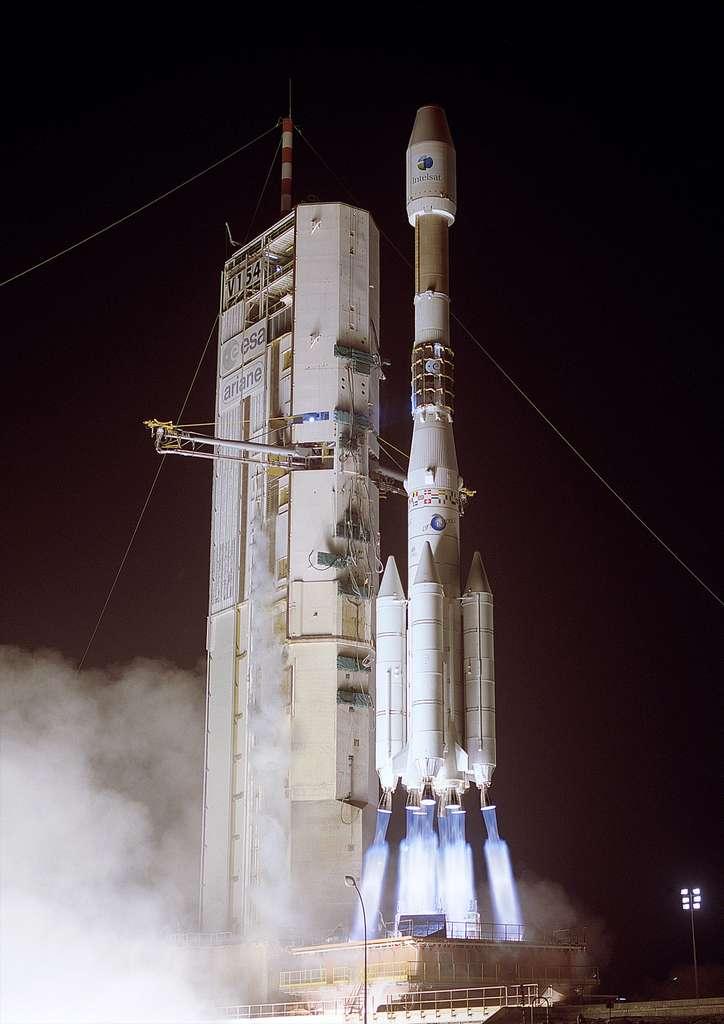 Septembre 2002, un lanceur Ariane 4 lance sur une orbite de transfert géostationnaire le satellite Intelsat 906, d'une masse au lancement de 4,7 tonnes. © Esa/Cnes/Arianespace-Service Optique CSG