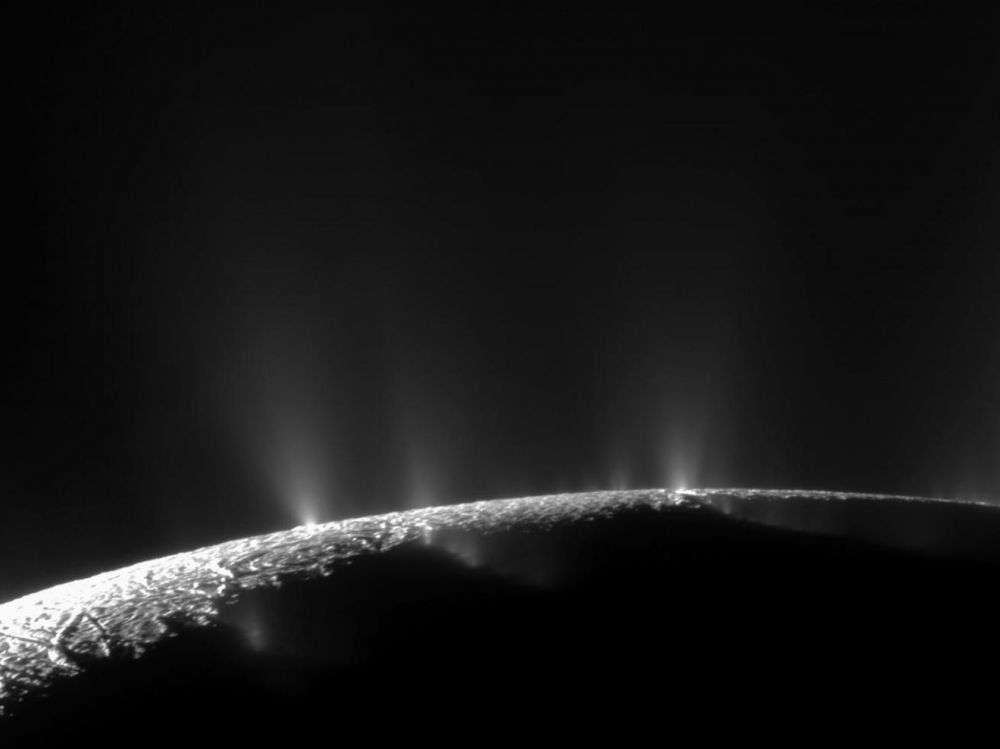 Les geysers sur la lune de Saturne, Encelade, proviendraient d'un océan sous-terrain propice à la vie. © Nasa, JPL, Space Science Institute