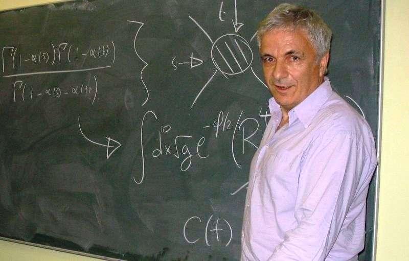 Michael Green, avec en haut à gauche la formule de Veneziano qui a mis sur la piste de la théorie des cordes. La formule de Veneziano permet de reproduire une partie du comportement des mésons de la théorie des forces nucléaires fortes. Avec John Schwarz il a été à l'origine de la première révolution de la théorie des supercordes en 1984, dans laquelle plusieurs physiciens de premier plan ont basculé, comme le prix Nobel de physique 1979 Steven Weinberg et Edward Witten, qui a reçu la médaille Fields en 1990. © Université de Cambridge