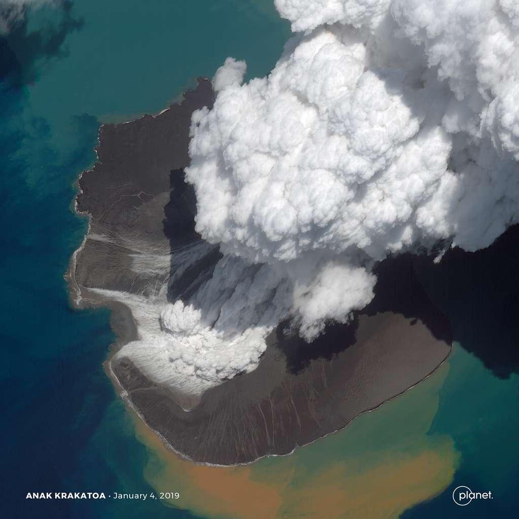 Les panaches de fumée du volcan Anak Krakatau en Indonésie ont culminé à plus de 15 kilomètres d'altitude. © 2019 Planet Labs, Inc.