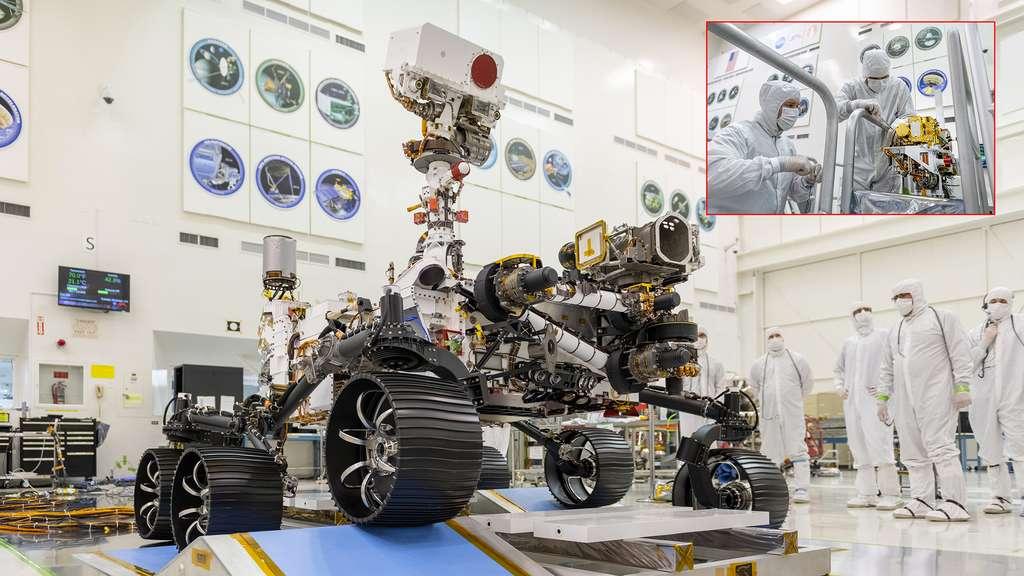 Installation de SuperCam sur le mat du rover Perseverance. © Nasa, JPL, Cnes