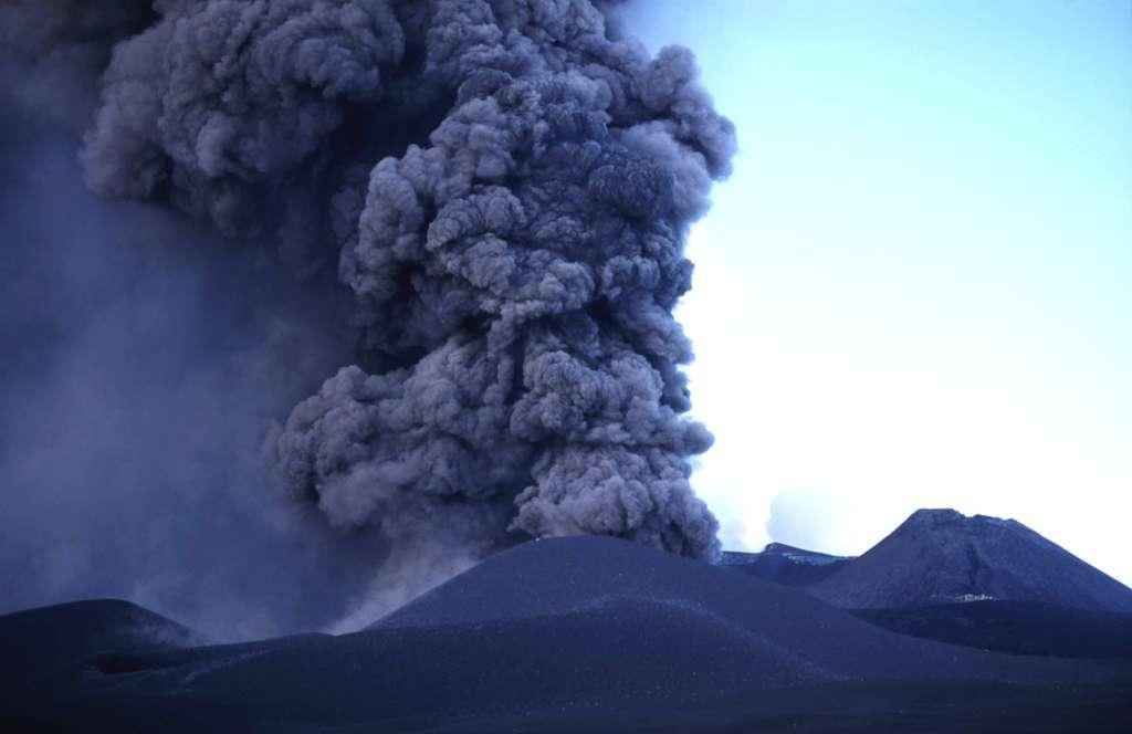 Explosion vulcanienne sur l'Etna, en Italie, en novembre 2002. © J.-M. Bardintzeff, tous droits réservés, reproduction interdite
