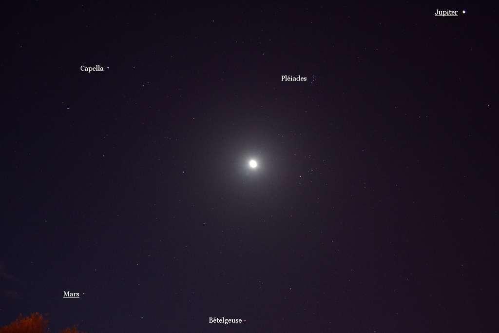 Fin août la Lune avait rendez-vous dans le ciel de l'aube avec les planètes Mars et Jupiter. © J.-B. Feldmann
