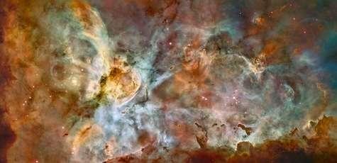 Ce panorama, large de 50 années-lumière, ne montre qu'une partie de la grande nébuleuse de la Carène. Mosaïque de 48 images, prises par la caméra ACS dans la longueur d'onde de l'hydrogène ionisé, il est paré de fausses couleurs, indiquant la nature des gaz, d'après une étude réalisée à l'observatoire chilien de Cerro Tololo. Le rouge correspond au soufre, le vert à l'hydrogène et le bleu à l'oxygène.