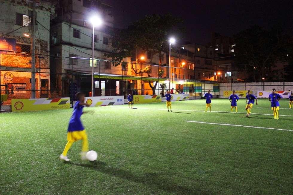À Rio de Janeiro, au Brésil, ce stade niché au cœur d'une favela est en partie éclairé grâce aux tuiles cachées sous la pelouse synthétique. Celles-ci récupèrent l'énergie cinéthique produite par les pas des joueurs et la convertissent en électricité. © Pavegen, Shell