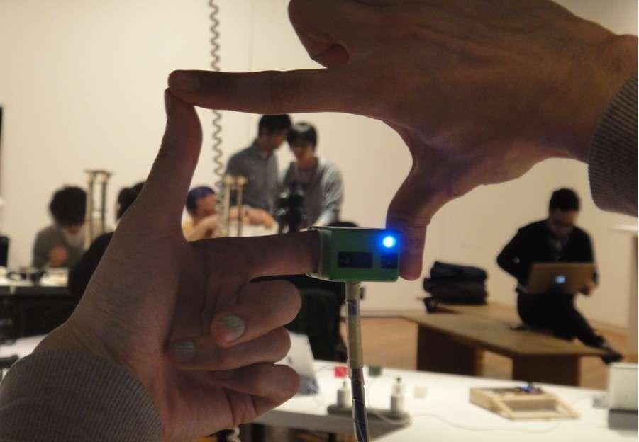 Pour Ubi-camera, les chercheurs se sont inspirés de la technique intuitive qui consiste à utiliser les pouces et index pour cadrer une prise de vue. © Institute of Advanced Media Arts and Sciences