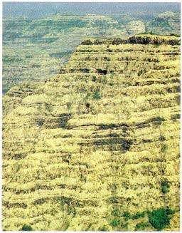 Les trapps du Deccan (Inde) : des empilements de coulées volcaniques de plusieurs dizaines de milliers de km², vieilles de 65 millions d'années. © Bibliothèque Pour La Science