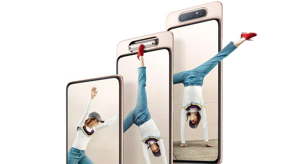 Caché dans la coque arrière, l'appareil photo se glisse vers le haut, puis un moteur tourne les capteurs vers l'utilisateur pour les selfies. © Samsung