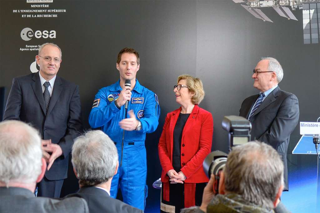 Conférence de presse de l'annonce de l'affectation de Thomas Pesquet (au centre) à une mission de six mois à bord de l'ISS. Il rejoindra la Station en 2016. © Esa, Nadia Imbert-Vier