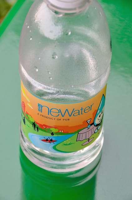 L'eau de recyclage Newater, une fois reminéralisée, est tout à fait potable. Mais les habitants de Singapour ne sont pas tous prêts à la boire... En revanche, elle convient aux besoins d'industriels qui recherchent une eau d'une bonne pureté. © Kewl / Flickr CC by nc-sa 2.0