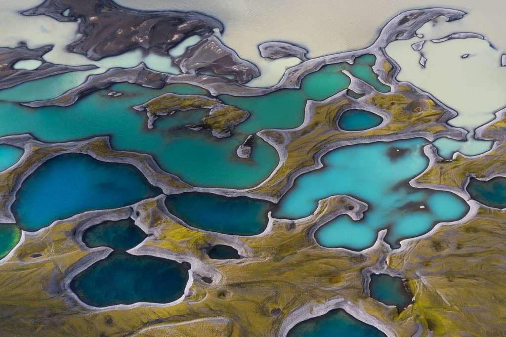 Islande : champ de lave remplis d'eau