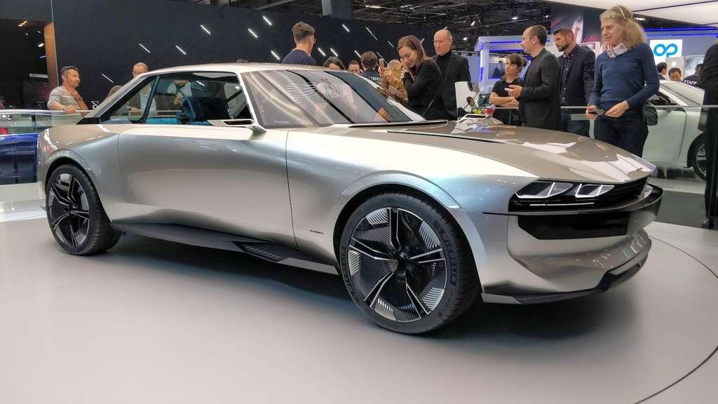 Sur le stand de Peugeot, la vedette est l'emblématique 504 Coupé en version futuriste autonome et 100 % électrique. © Sylvain Biget (Futura)