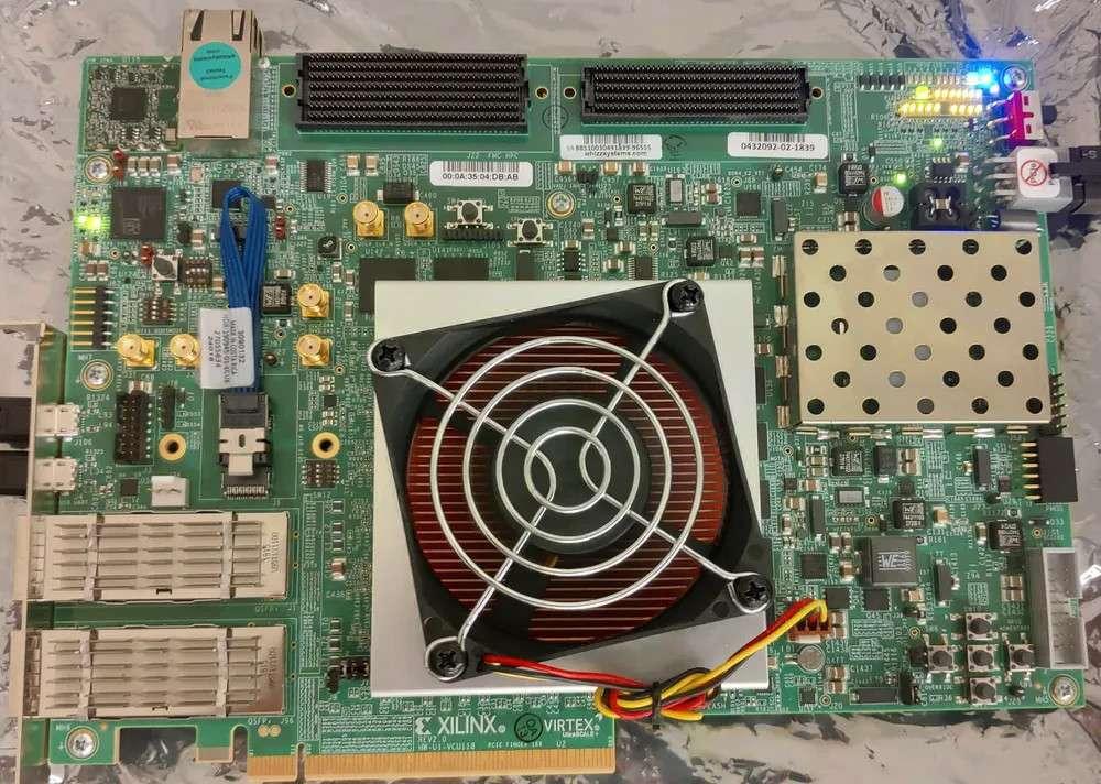 Le processeur Morpheus, qui se trouve dans le bloc sous le ventilateur, change sa microarchitecture de manière aléatoire. © Todd Austin, CC by-nd