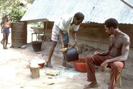 Préparation d'un remède tonique sous forme d'une décoction, pris en bain, préparé par Zenpen, tradipraticien et « capitaine » (maire) du village de Banafokondre, pays Saramaka, Suriname. © IRD, Michel Sauvain, tous droits de reproduction interdits