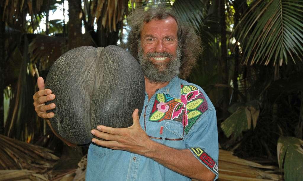 Antoine tient en main un coco-fesse