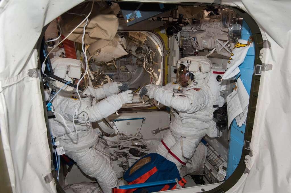 Parmitano (à gauche) et Cassidy, à l'intérieur du sas Quest Airlock, se préparent à sortir dans l'espace, le 9 juillet 2013. © Nasa