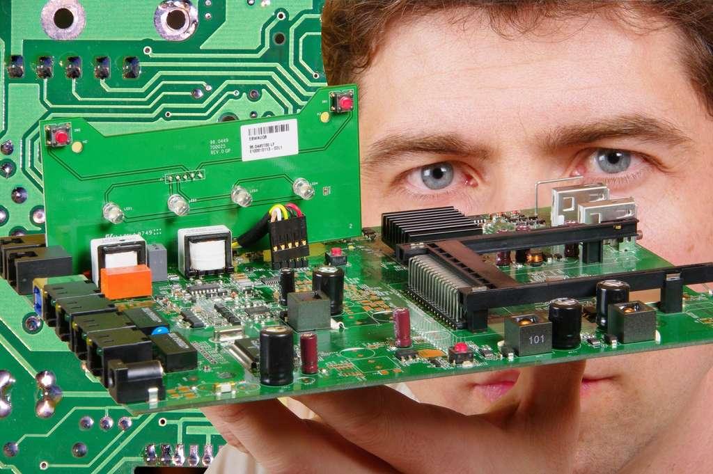 L'électronicien aéronautique doit élaborer, modifier, tester et réparer des composants électroniques. Il peut intervenir sur des cartes électroniques, des schémas électriques ou sur les moyens d'essais. © Daylight Photo, Fotolia.