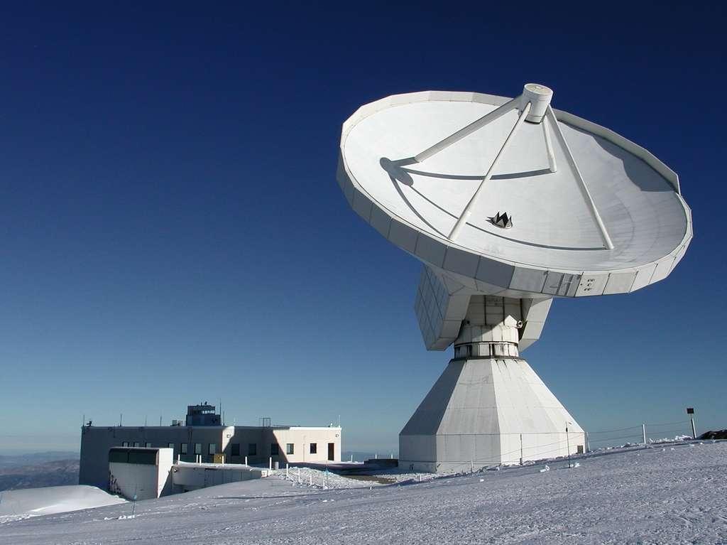 Le radiotélescope de 30 m de diamètre de l'Iram, près du Pico Veleta dans le sud de l'Espagne, a permis de découvrir et d'étudier le disque de comètes qui entoure l'étoile 49 Ceti. © Iram