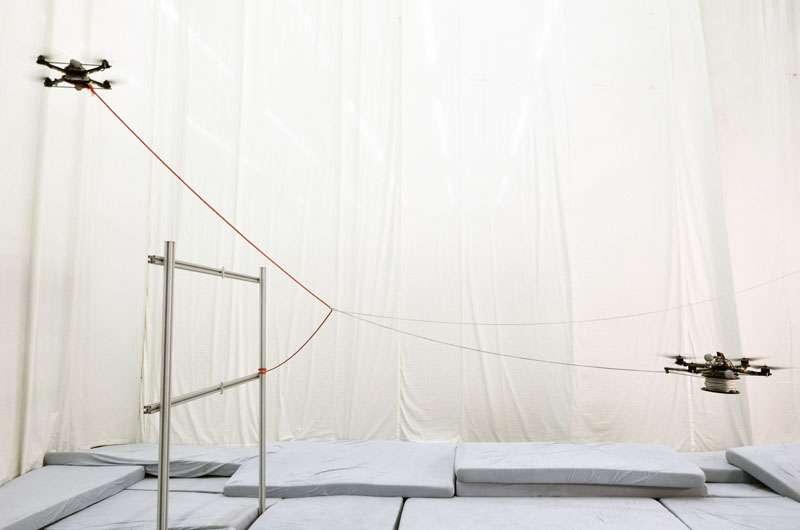 Ces deux drones ont été dirigés par un ordinateur de manière à ce que les filins (en rouge et en blanc) qu'ils libèrent se croisent, le tout sans que les quadricoptères se percutent. © Gramazio & Kohler, Architecture and Digital Fabrication, École polytechnique fédérale de Zurich
