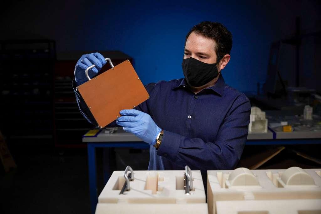 Howie Schulman, chef du projet Redwire, emballe le matériel pour sa livraison vers l'espace. © Redwire Space, Nasa