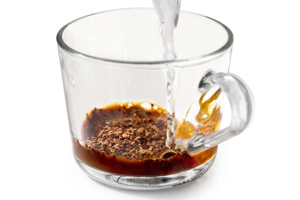 Une cuillerée de café instantané, un peu d'eau frémissante... le café est prêt ! © Moving Moment, Adobe Stock