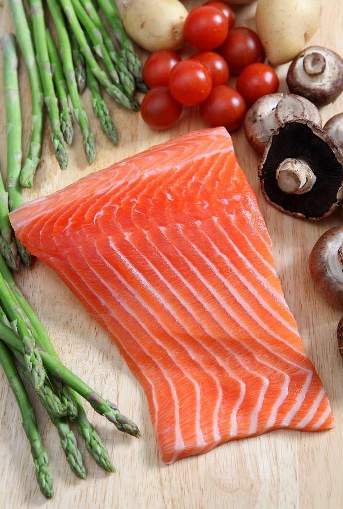Les poissons gras comme le saumon sont une très bonne source d'oméga-3. © Paul Cowan, Shutterstock.com