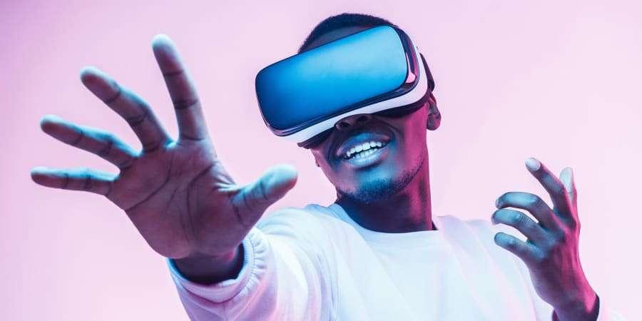 Révolutionnaire, le futur casque de réalité virtuelle d'Apple serait piloté par simple regard, selon le spécialiste Ming-Chin Kuo. © Damir Khabirov, Getty Images
