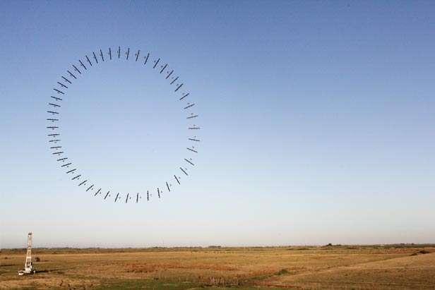 Cette photographie est un photomontage mettant en évidence le mouvement circulaire de l'éolienne lorsqu'elle est en vol et exposée aux vents. Ce mouvement lui permet de rester en l'air et perpendiculaire à la direction du vent