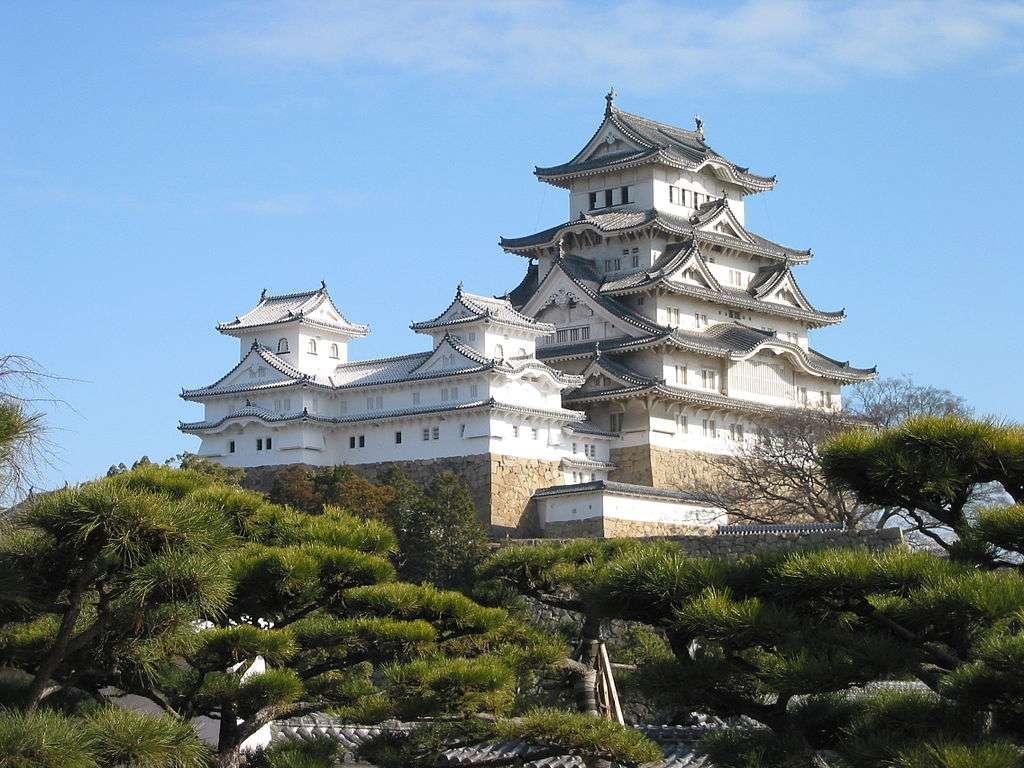 Himeji-jo est un chef-d'œuvre de construction en bois. Il associe un rôle fonctionnel et un grand intérêt esthétique, à la fois par l'utilisation de plâtre peint en blanc et par l'harmonie entre les diverses masses construites et les multiples niveaux de toitures. © Domaine public