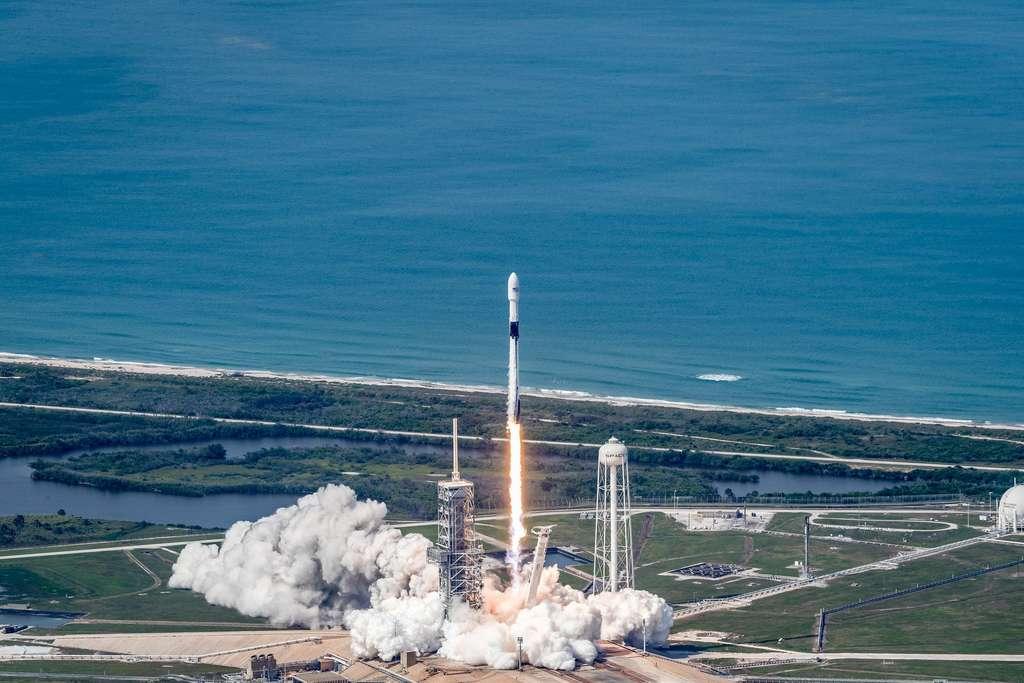 Un Falcon 9 au décollage avec à son bord un satellite de télécommunication. © SpaceX