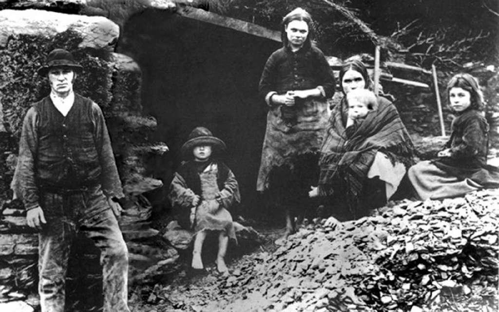 Famille irlandaise du comté de Kerry, village de Dingle, dans le contexte de la Grande Famine, vers 1850. Irish America Magazine. © Photo Sean Sexton.