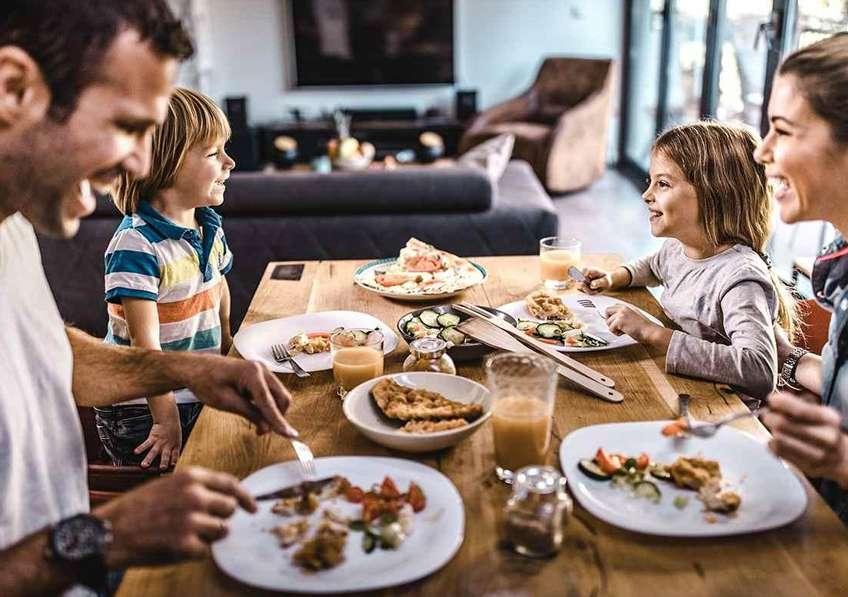 Les enfants âgés de 3 à 6 ans passent en moyenne près de 2 heures par jour devant les écrans. © iStock, skynesher