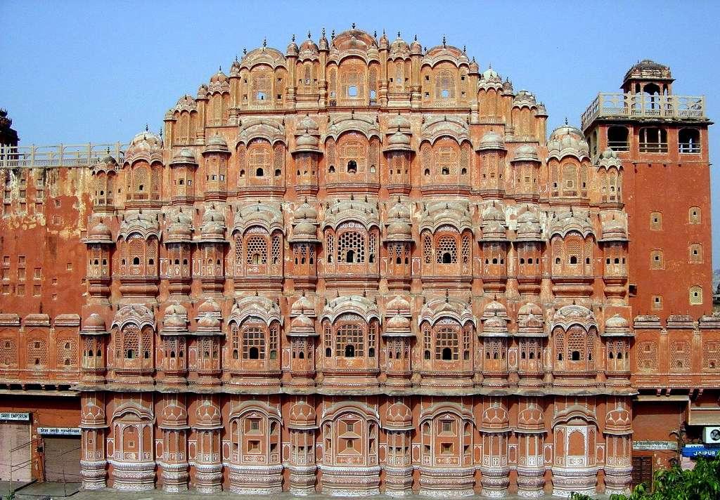 Le Hawa Mahal, ou palais des vents, est un bâtiment construit au XVIIIe siècle à Jaipur, capitale du Rajasthan en Inde. Il est considéré comme l'une des merveilles de l'architecture rajput. © Joanjonc Domaine public