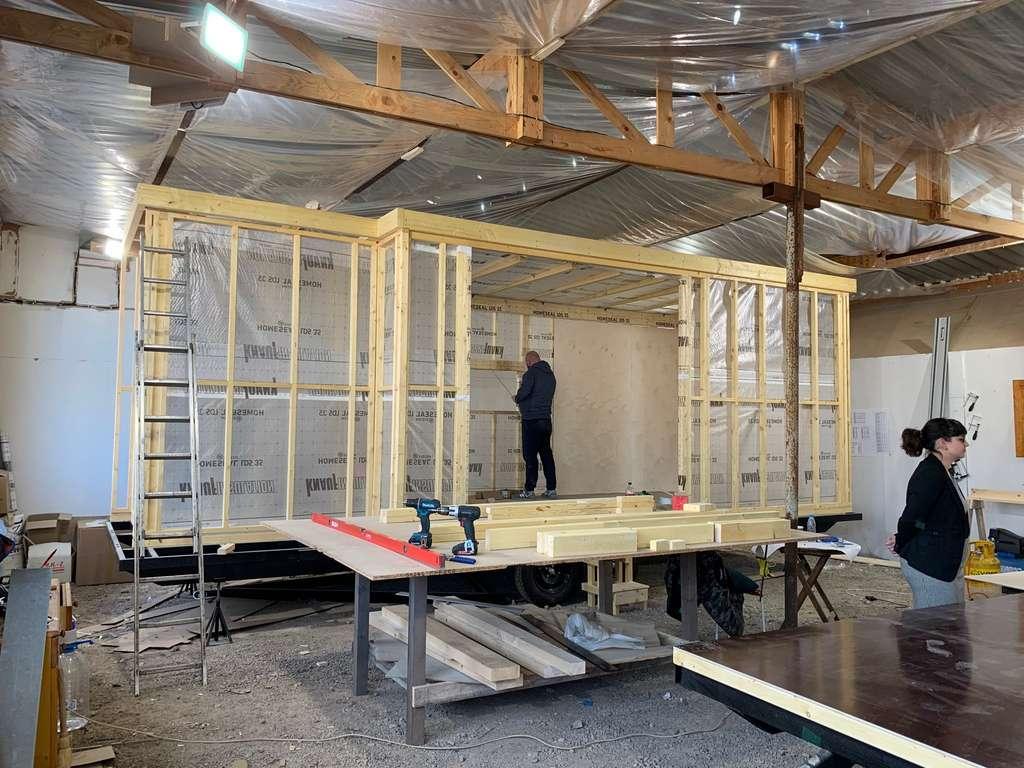 Du châssis double essieu en acier à la toiture, la construction des Tiny House Kab'inn s'effectue en atelier. L'ossature est réalisée avec des poutres en épicéa. Pour un bon confort thermique, l'isolation est assurée par des panneaux de laine de roche de 6 cm d'épaisseur. ©Kab'inn