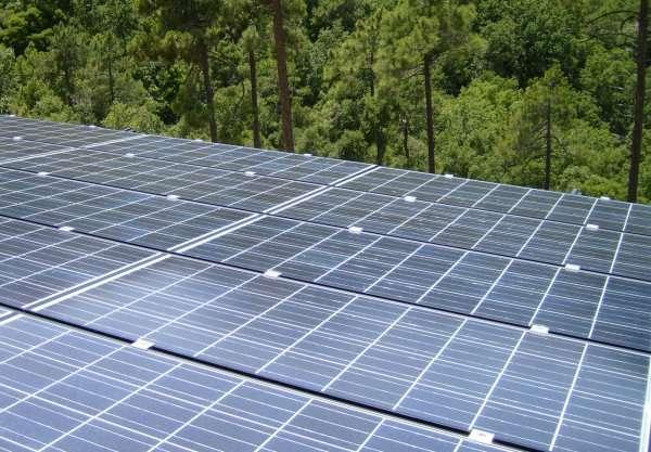 Installation solaire sur la toiture d'un bâtiment agricole. © Solargie
