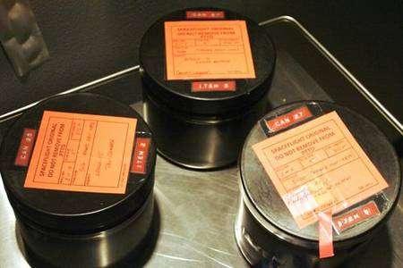 Boîtes contenant les rouleaux de pellicule à l'intérieur du congélateur. Crédit NASA/Univ. Arizona.
